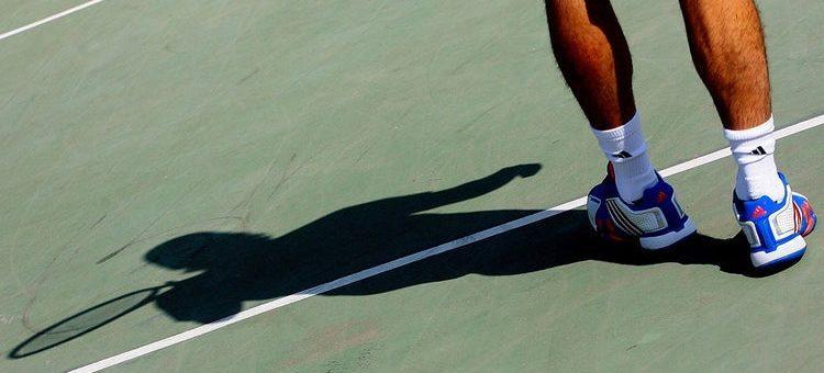 Serwujący tenisista